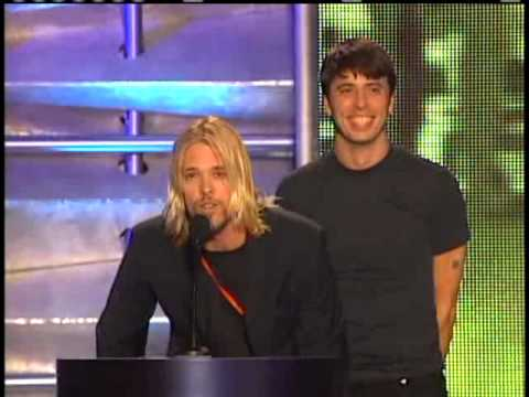 Dave Grohl and Taylor Hawkins induct Queen Rock and Roll Hall of Fame inductions 2001