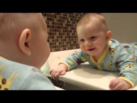 Aynada ilk kez kendini gören bebek