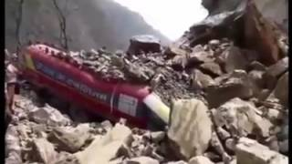 मुग्लिन-नारायणगढ सडक खण्डमा सुख्खा पहिरोले जीप, ट्यांकर, ट्रक र दुईवटा बाइक पुरियो