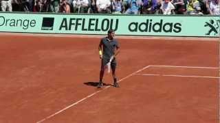 Roger Federer plays left-handed