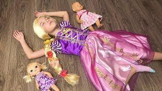 Маша играет с подругами и наряжается как Рапунцель