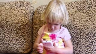 Маленькая девочка играет с телефоном. Baby playing with phone. La niña está jugando con el teléfono.(Лиза взяла мамин телефон и пытается разобраться с его функционалом. В конечном итоге ей дается включить..., 2015-08-23T11:05:55.000Z)