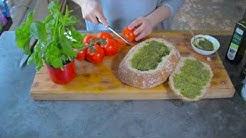 Minestronekeitto ja täytetty tomaatti-mozzarellaleipä