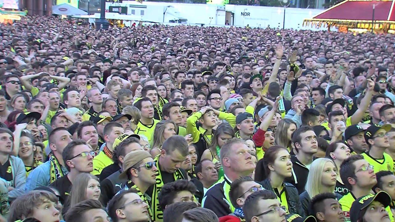 Fans vom Friedensplatz beim Tor von Mats Hummels