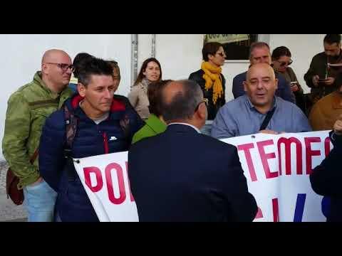 Los trabajadores de Povisa protestan ante el Parlamento