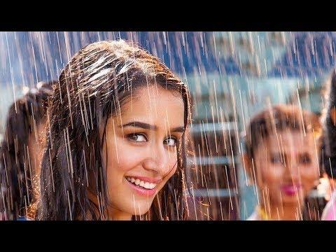 Avui tindrem un dia ennuvolat amb xàfecs intermitents. Temps de gaudir de les olors de les plantes agraïdes de tanta aigua i de respirar un aire que al principi estarà un tant contaminat però que acabarà per ser molt més respirable. Dissabte serà esplèndid, assolellat i amb temperatures més baixes i el Diumenge cauran 4 gotes a la tarda. Avui ens hem quedat hipnotitzats amb el ritme del tema de la pel·lícula de Bollywood (Índia) Baaghi (que significa rebel). Artistes: Tiger Shroff i Shraddha Kapoor. Les gotes de pluja ens les canten a ritme de cham cham cham. M'hauria agradat estar en el rodatge ... perquè aigua no els falta, per descomptat. Feliç cap de setmana!!