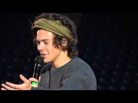 One Direction - Harry Reading The 'Just Been Dumped' Banner - Edinburgh 3/6/14