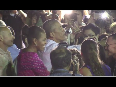 Obamas Greet Crowd, Leave Hawaii For DC