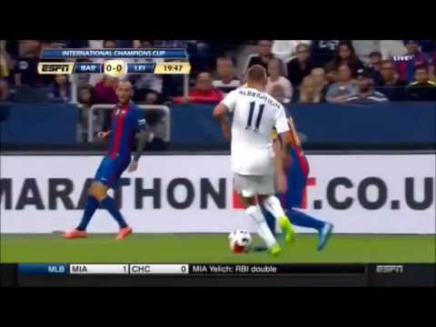 Lionel Messi hace un caño a Marc Albrighton