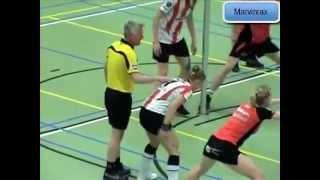 Arbitro Toca a Jugadora: quedan en una posición incómoda