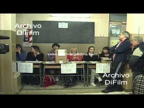 DiFilm - Elecciones primarias en Argentina - Gente votando en escuela 2011