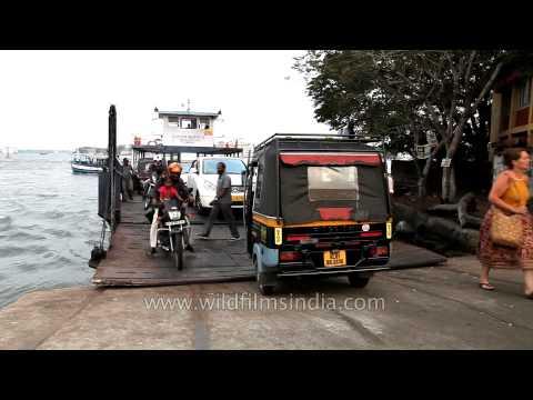Passengers commuting between Fort Kochi and Vypeen by junkar