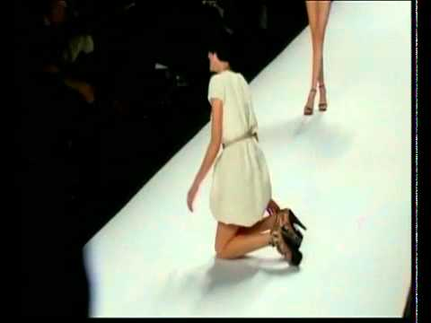 Agyness Deyn falls on the runway at Naomi Campbell's charity fashion show in 2010
