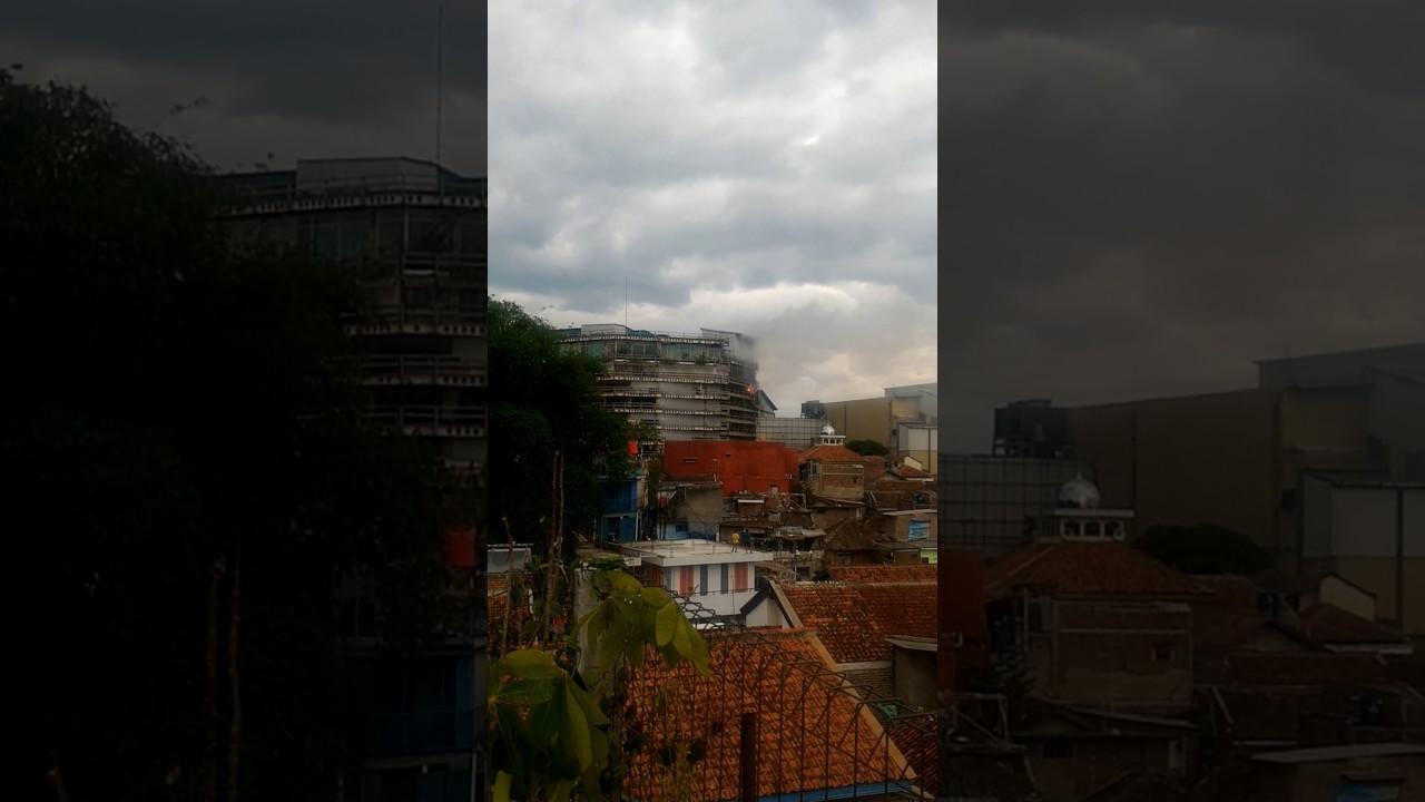 Kebakaran Di Mall Paris Van Java Bandung Youtube