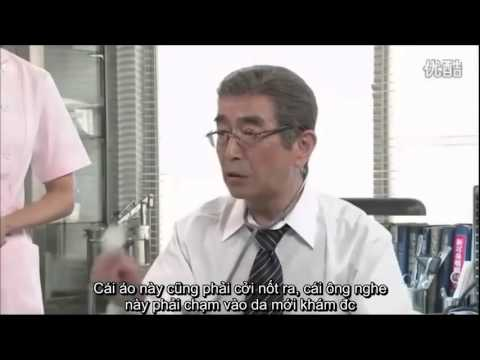 医者に服を脱ぐ患者女性