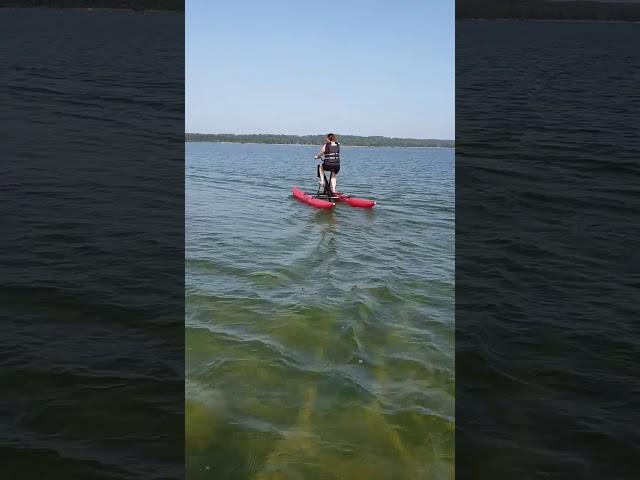 Les eaux calmes du lac de Biscarrosse en waterbike (vélo sur l'eau)