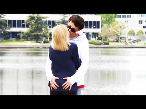 BESANDO A Mi Mama! ♥ KISSING PRANK (Broma Pesada) Cámara Oculta