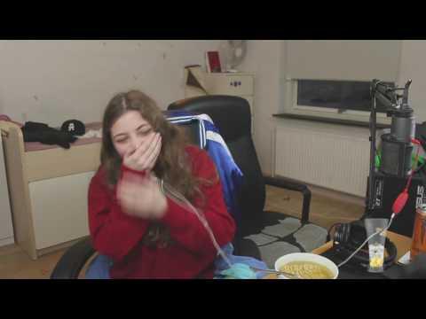 Jaxstyles kæreste spilder nudler udover keyboard