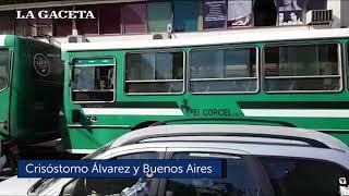 Los colectivos estacionados en las calles complican el tránsito en toda la ciudad