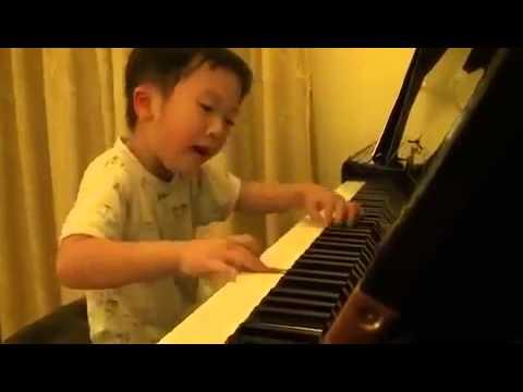 Criança chinesa de 5 anos tocando piano genial - YouTube