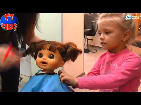 Кукла и девочка ярослава идут в салон красоты a alive doll and yaroslava go to a beauty shop