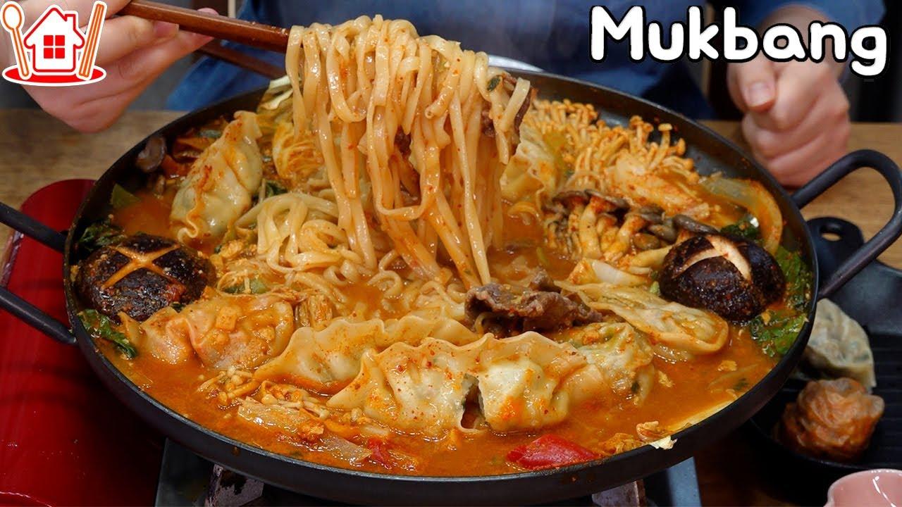쌀쌀한 날씨엔 칼국수사리를 넣은 얼큰 칼칼한 만두전골 먹방 ! Mukbang  Dumpling Hot Pot, White Kimchi , Steamed Dumplings