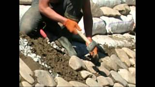 видео Укрепляем берег копанки