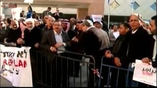 מבט ח כ אחמד טיבי סופג כוס תה בפניו בעת הפגנה נגד תוכנית פראוור