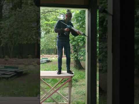 Выдавливание  герметика в  шов  герметизации  панорамного окна  в  фахверковом  доме