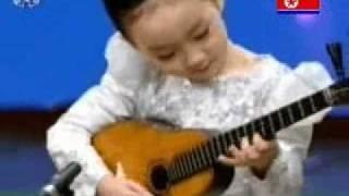 5-jähriges Mädchen aus Nordkorea spielt toll Oungum (kulele)