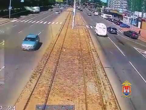 V Kaliningrade avtomobily skoroy pomoshti sbil peshehoda Politsiya provodit proverku