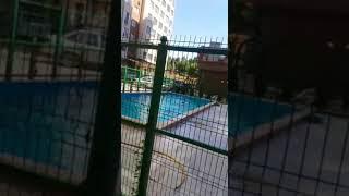 Сотрудник ГКНБ купается в детском бассейне