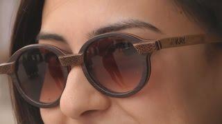 В Тунисе делают деревянные солнцезащитные очки (новости)(http://ntdtv.ru/ В Тунисе делают деревянные солнцезащитные очки. Солнцезащитные очки с деревянной оправой – в..., 2016-05-23T15:28:27.000Z)