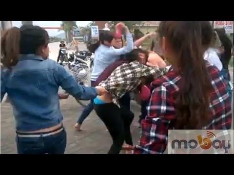Nữ sinh đánh nhau lộ hàng