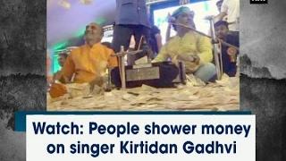 شاهد.. بحر من النقود يغرق مغنياً شعبياً في الهند