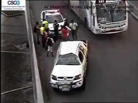 Un auto se volcó en paso a desnivel en Guayaquil
