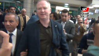 لحظة وصول المدير الفني الجديد للزمالك بصحبة «زيدان» إلي مطار القاهرة