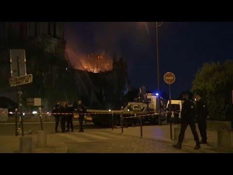شاهد: النيران تلتهم مبان ونفائس وكنوز لكاتدرائية نوتردام …