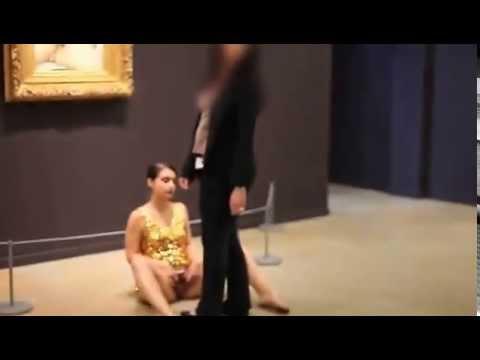 """Artista expone su vagina frente a """"El origen del mundo"""" de Courbet en Par�s"""
