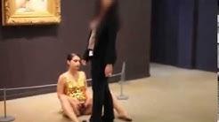 """Artista expone su vagina frente a """"El origen del mundo"""" de Courbet en París"""