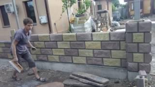 Міко будує паркан з шлакоблоку