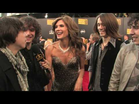 """""""COMIC BOOK HEROES"""" at the 2009 American Music Awards Red Carpet with Julie Moran"""