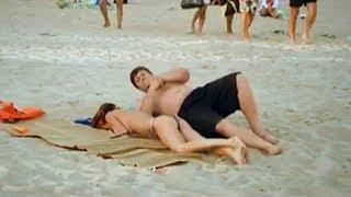 Девушка уснула на пляже. Смешной прикол(Смотрите смешное видео, как голая девушка разыграла мужиков на пляже. Обнаженная девушка ложилась рядом..., 2013-07-14T09:15:03.000Z)