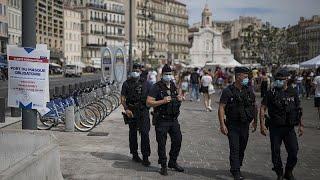 Mesures anti-Covid-19 renforcées en France, réinfections signalées en Europe