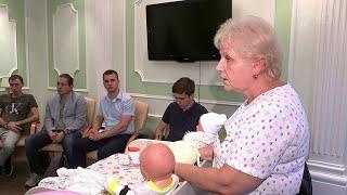 В Москве впервые открылись бесплатные курсы для мужчин, где научат обращаться с младенцем.