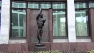 Скульптура ''Виноделие'' у входа в Российскую Национальную Библиотеку. Санкт-Петербург