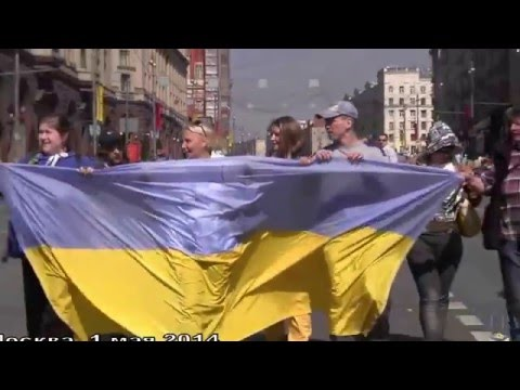 Ukraine war - Russians with Ukrainian flag arrested by police in Moscow Russia
