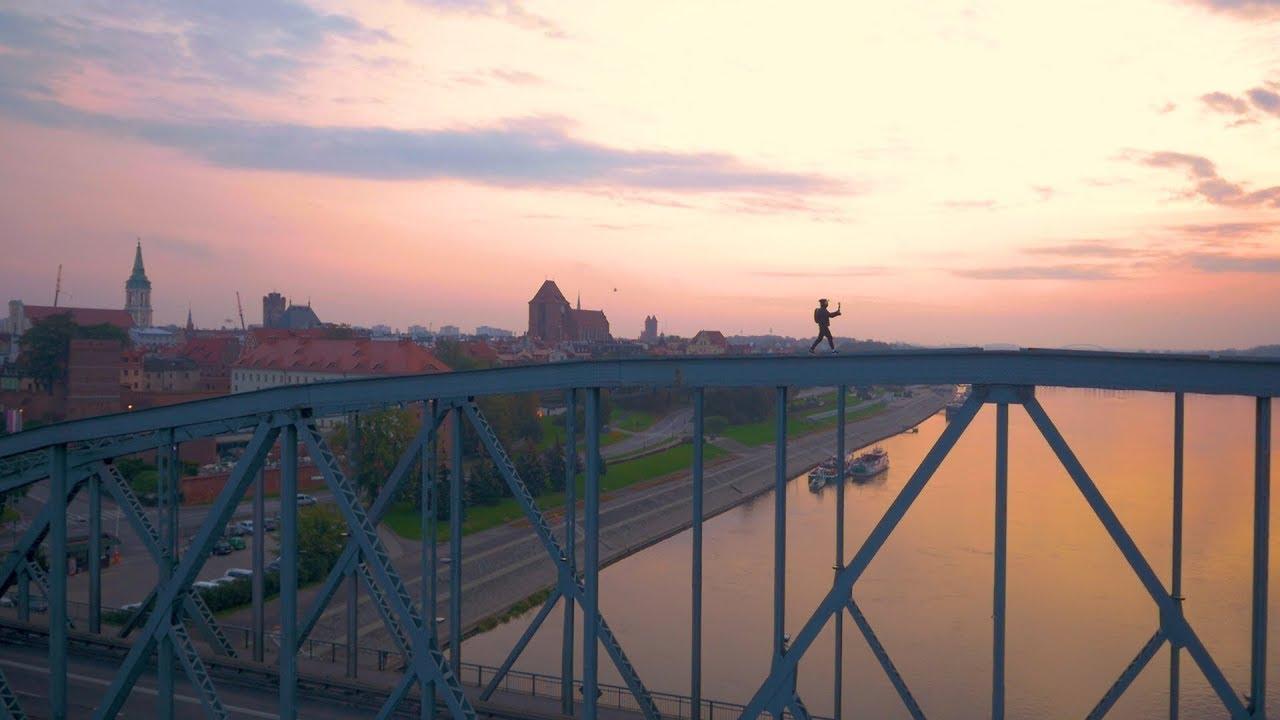 Chłopak ze Śląska wspina się na most w Toruniu
