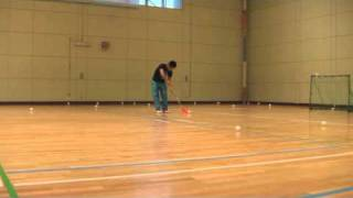 フロアボールにはゾロ(zorro)という技があります。ボールの形に合うように成形したブレードを使って、遠心力でボールをブレードに吸着させたま...