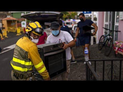 شاهد: سكان جزيرة لا بالما الإسبانية يرحّلون أغراضهم تخوفاً من البركان الثائر…